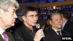 New presidential candidate Zhasaral Quanyshalin (center), chairman of the Long Live Liberty movement