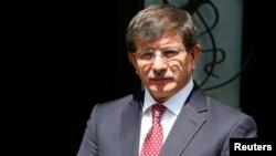 نخستوزیر ترکیه سفر خود به جمهوری آذربایجان را نیمه تمام گذاشته تا به دیدار شهروندان آزاد شده، در نزدیکی مرز سوریه برود