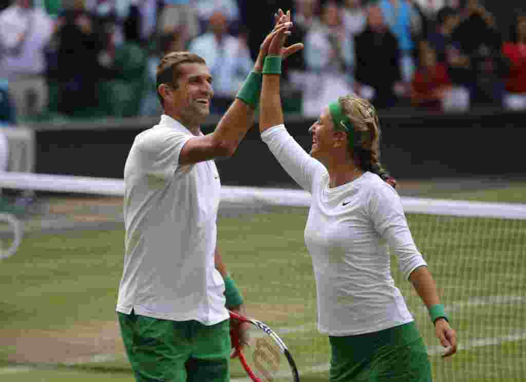 Belarus Max Mirnyi və Victoria Azarenka tennis yarışında britaniyalı rəqibləri üzərindəki qələbəni qeyd edirlər