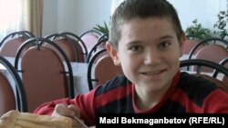 Виктор, сын инвалида Андрея Жидких, в столовой приюта Свято-Сергеевского прихода. Поселок Ащыбулак Алматинской области, 1 декабря 2010 года