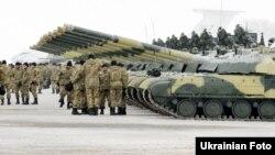 Украинские военные стоят возле танков после получения новой техники. Архивное фото