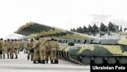 Українські військовослужбовці стоять біля танків після отримання нової техніки. Чугуїв. Харківська область. 6 грудня 2014 року