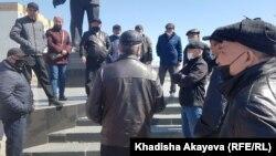 Собравшиеся на месте анонсированного земельного митинга в Семее. Восточно-Казахстанская область, 24 апреля 2021 года.