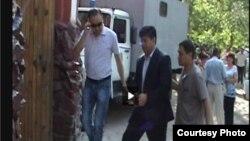 Экс-министр Равшанбек Сабировду Биринчи Май райондук сотуна апкелишүүдө. 6-июль, 2012-жыл.
