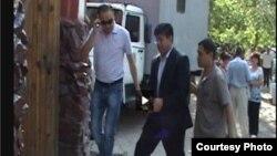 Равшанбек Сабировду Биринчи май райондук сотуна алып келишүүдө. 6-июль, 2012-жыл.