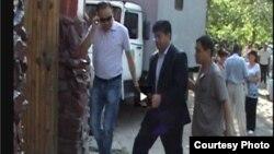 Экс-министр Равшанбек Сабировду Биринчи май райондук сотуна алып келүүдө. 6-июль, 2012-жыл.