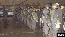 Оцепление спецназа у здания театрального центра на Дубровке, 24 октября 2002