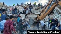 Спасувачките екипи, медицинските тимови и граѓаните не ја прекинуваат потрагата по преживеани под урнатините во Измир