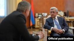 Armenia - Outgoing President Serzh Sarkisian (R) and outgoing Prime Minister Karen Karapetian meet in Yerevan, 7 April 2018.