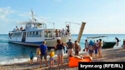 Рейсовый катер, курсирующий между Балаклавой и «дикими» пляжами