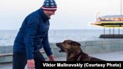 Уличный музыкант Виктор Малиновский и пес Мухтар, архивное фото