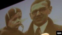 Sir Nicholas Winton în faţa unei fotografii cu unul din copiii salvaţi de el în 1939