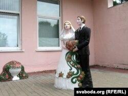Шлюбы ў Добрушы рэгіструюць, але пакуль не кітайска-беларускія. Скульптура каля ЗАГСу