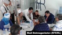 Ипотечники на встрече с исполнительным директором по вопросам взыскания задолжностей банка Kaspi Асхатом Ермекбаевым. Алматы, 23 июля 2014 года.