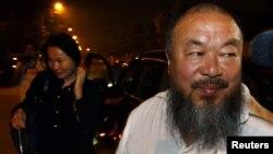 Китайский диссидент Ай Вэйвэй и его жена Лю Кинг в момент его возвращения из суда. Пекин, 21 июня 2012 года.