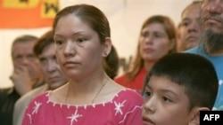 Американские борцы с нелегальной иммиграцией утверждают, что Эльвира Арельяно использует сына для собственного пиара