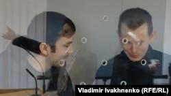 Предполагаемые российские военнослужащие Александр Александров (справа) и Евгений Ерофеев в суде в Киеве.