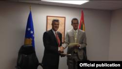 Kryeministri Hashim Thaçi (majtas) dhe ministri i jashtëm i Grenadës Nickolas Steele gjatë takimit të sotëm në Nju Jork