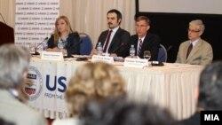 Министерот за економија Ваљон Сарачини и американскиот амбасадор во Македонија Пол Волерс на презентацијата на завршиот проект за конкурентност на УСАИД.