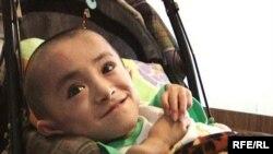 Уалихан Сериккалиев. Его называют «хрустальным мальчиком», поскольку его кости настолько хрупкие и ломкие, что у него очень часто случаются переломы. В медицине это называется «остеогенез». Семей, 23 августа 2009 года.