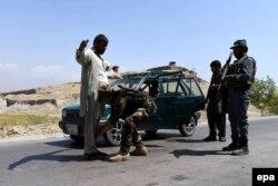 Обыск на дороге в северном Афганистане. 28 апреля