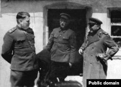 Слева направо: Маршал Василевский, секретарь обкома Булатов, маршал Ворошилов