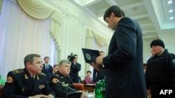 Сергія Бочковського та Василя Стоєцького затримують під час засідання Кабміну, березень 2015 року