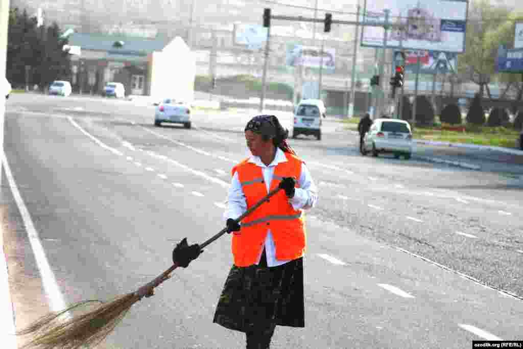 Узбецька жінка прибирає вулицю