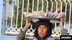 Avganistan: Dječak prodaju na pijaci. Jedno od šestero djece u svijetu od 5 do 14 godina, ili 158 milijuna djece svijeta, je prinuđeno da radi.