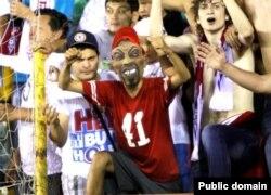 """""""Ақтөбе"""" футбол клубының жанкүйерлері. Ақтөбе, 26 шілде 2013 жыл. (Көрнекі сурет)"""