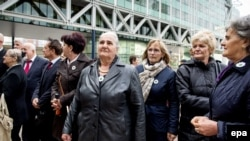 Жените од Србреница пред судот во Хаг пред да започне процесот против Холандија