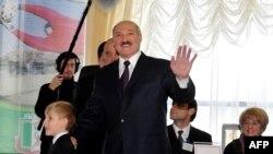 Лукашенко тавыш бирү урынында