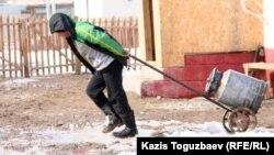 Десятилетний мальчик везет домой флягу с водой. Алматинская область, 9 марта 2011 года.