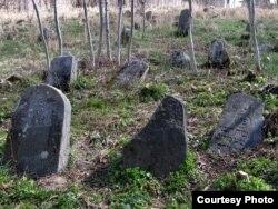 Надпісы на могільных камянях габрэі рабілі на сваёй мове. Вушачы, 2016
