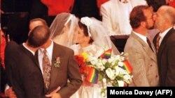 Cupluri de gay și lezbiene se sărută după ce s-au cununat la San Francisco, imagine generică.
