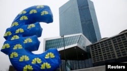 Символ евро у здания Европейского центрального банка во Франкфурте.