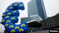 Уже два года Европейский центральный банк удерживает отрицательные процентные ставки по вкладам коммерческих банков в нем