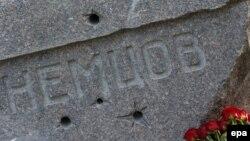 Памятник на могиле политика. открытый 9 октября на Троекуровском кладбище Москвы
