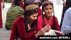 Türkmen gyzlary.