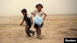Мосулдагы согуштан качкандардын лагериндеги жаш балдар. Күрдистан. Эрбил. 11-июнь.