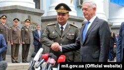 Міністр оборони України Степан Полторак (ліворуч) і керівник оборонного відомства США Джим Маттіс. Київ, 24 серпня 2017 року