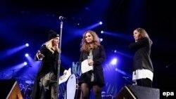 Мадонна (л) представляє Марію Альохину (с) і Марію Толоконникову (п) на сцені концерту у Нью-Йорку, 5 лютого 2014 року