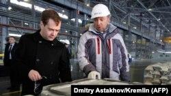 اولگ دریپاسکا در این تصویر از سال ۲۰۱۱ در کنار مدودیف، رئیسجمهوری وقت روسیه، دیده میشود