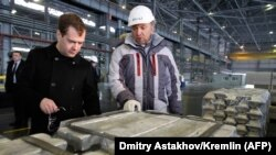 Российский премьер Дмитрий Медведев (л) и владелец компании «Русал» Олег Дерипаска, архивное фото