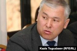 Мұрат Әбенов парламент депутаты кезінде интернет сайттардың құқықтық мәртебесі туралы жиында отыр. Алматы, 31 наурыз 2011 жыл.