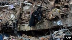 Тела бангладешских рабочих, раздавленные обломками разрушенного восьмиэтажного здания. Дакка, 2 мая 2013 года.