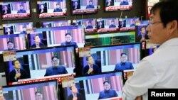 مردی در فروشگاهی در سئول در حال تماشای خبری مربوط به فعالیتهای کره شمالی است