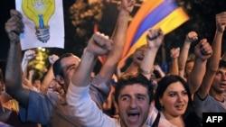 Участники акции протеста против повышения тарифов на электроэнергию. Ереван, 25 июня 2015 года.