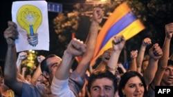Акция протеста против повышения тарифа на электроэнергию на проспекте Баграмяна, Ереван, июнь 2015 г.