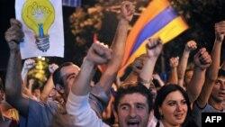 Еревандағы электр энергиясы тарифтерінің қымбаттауына наразылық. Армения, 25 маусым 2015 жыл.